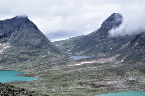 Utsikt på vei opp mot Storstyggen, Langvasstinden til venstre og Larstinden til høyre for dalen