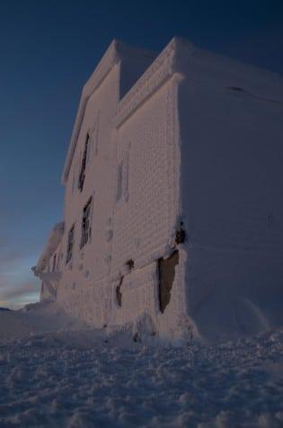 Høgevardehytta rett før soloppgang femte dag jul
