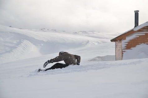 Anders får tiden til å gå ved å lage snøengler