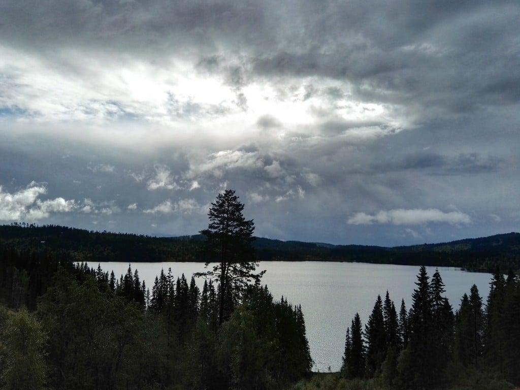 Dramatisk himmel mellom to regnskurer, Grønlia/Bymarka, Trondheim september 2015 (mobilbilde)
