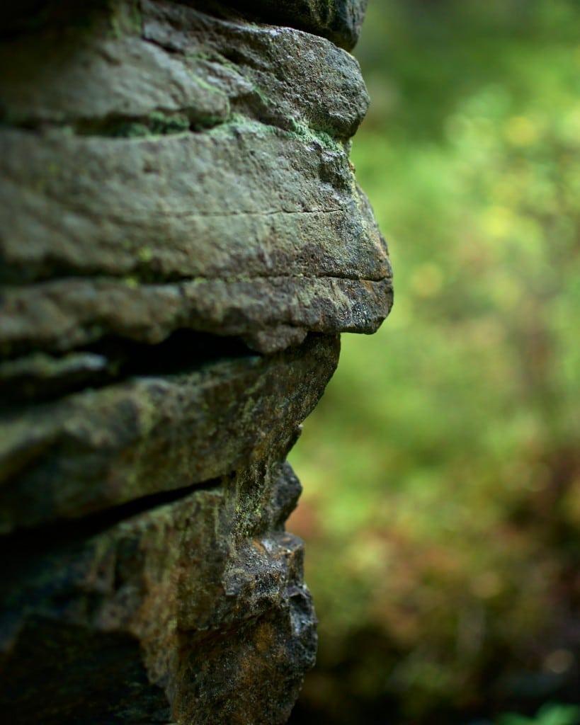 Et ansikt i sten gjemt i muren til mølleruinene nedenfor Skjelbreia.