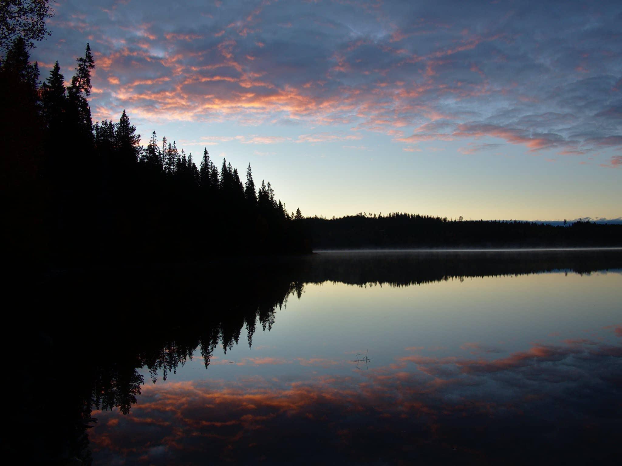 Det første morgenlyset varmer skyene over Skjelbreia