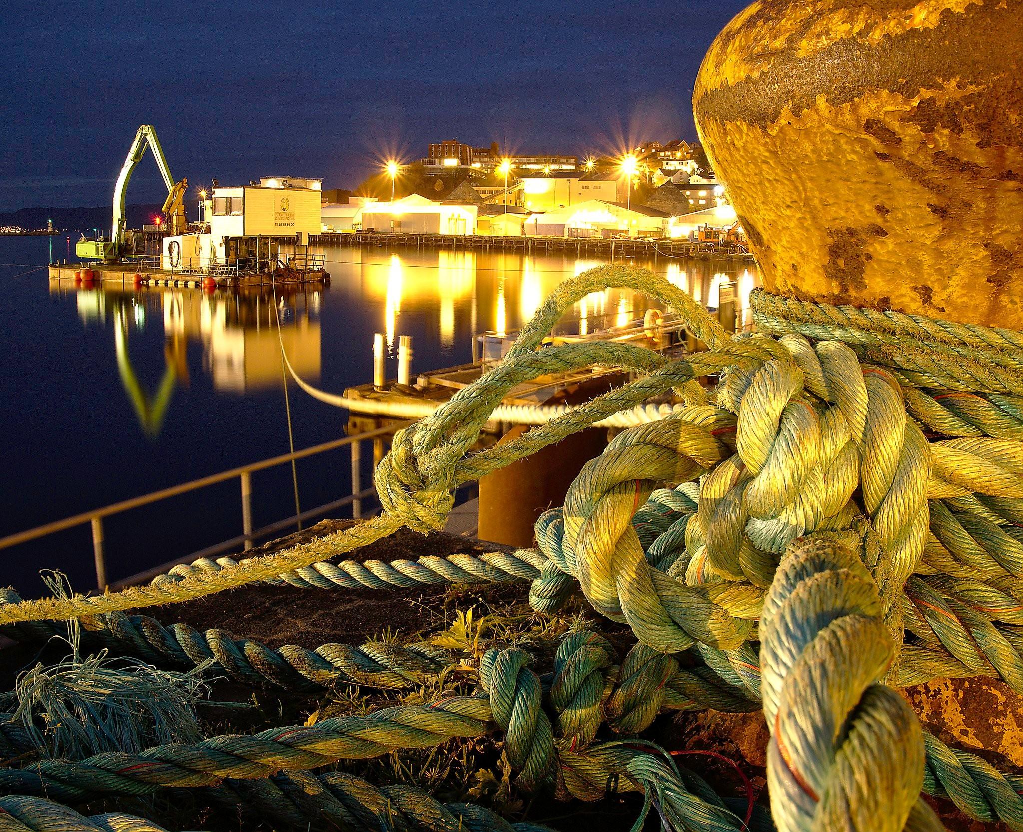 En fortøyd pram i havnen en stille novemberkveld.