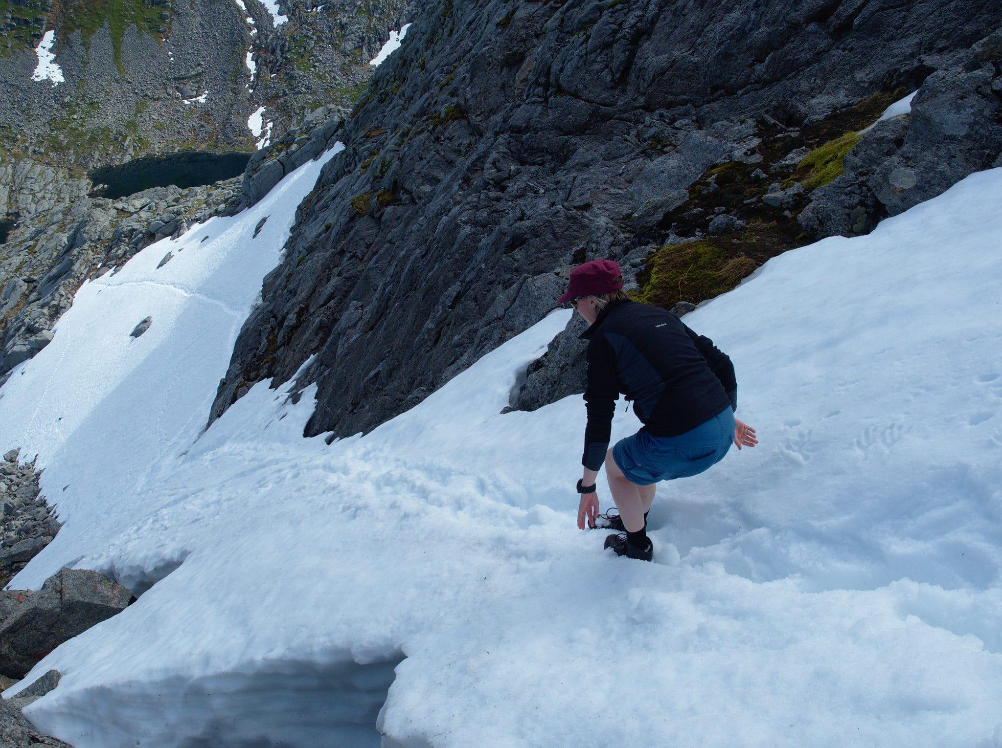 Det er bratt ned fra Breidtind, det ville ikke vært så morsomt om snøen var hard og isete...
