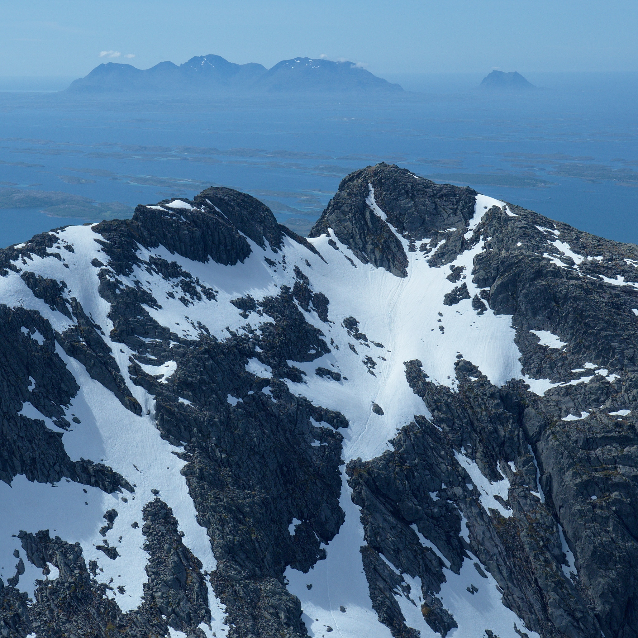 Toppen av Breidtind, sett fra Kvasstinden - ruten er synlig som spor i snøen