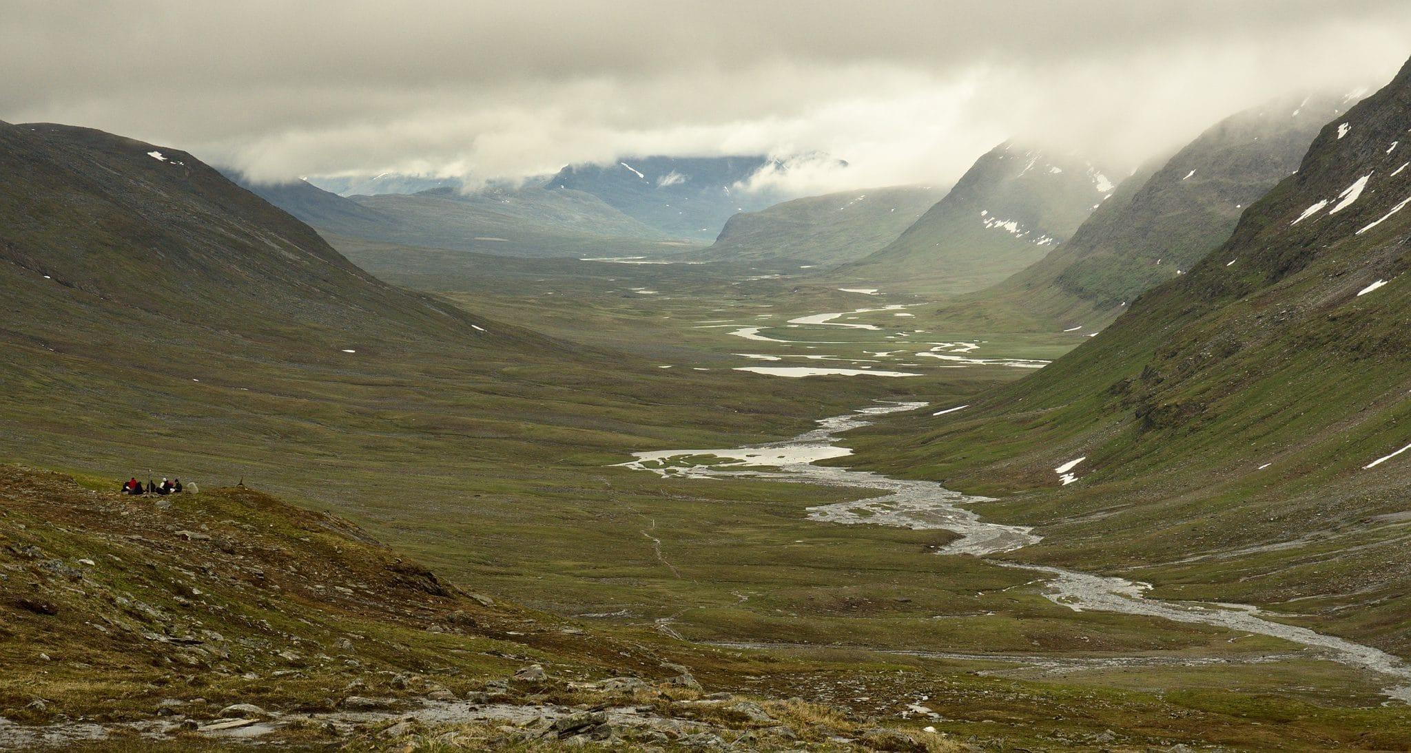 Utsikt fra Tjäktjapasset, legg merke til ansamlingen av folk til venstre, på en meditationsplats