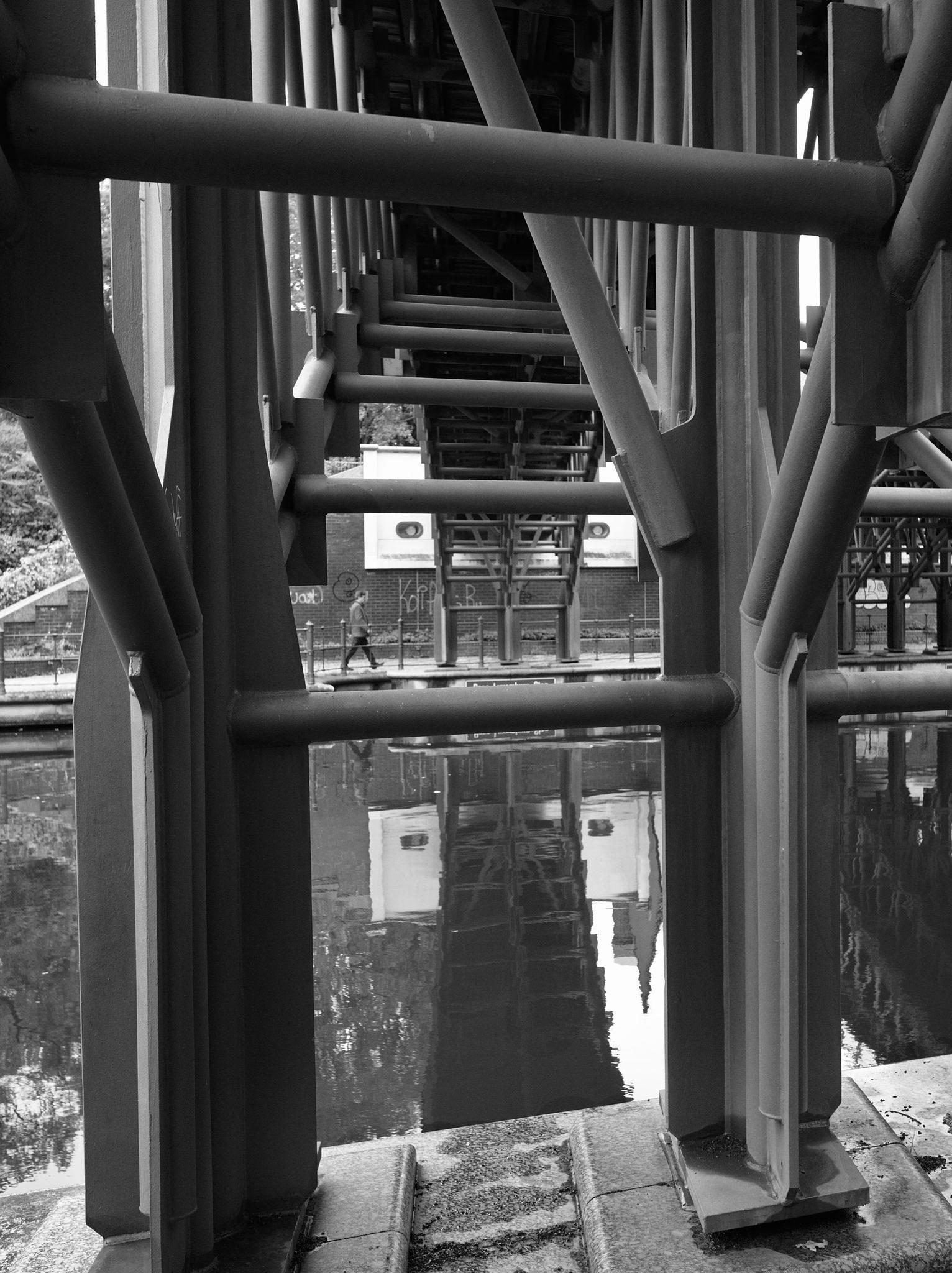 Forbipasserende under en bro, Tiergarten
